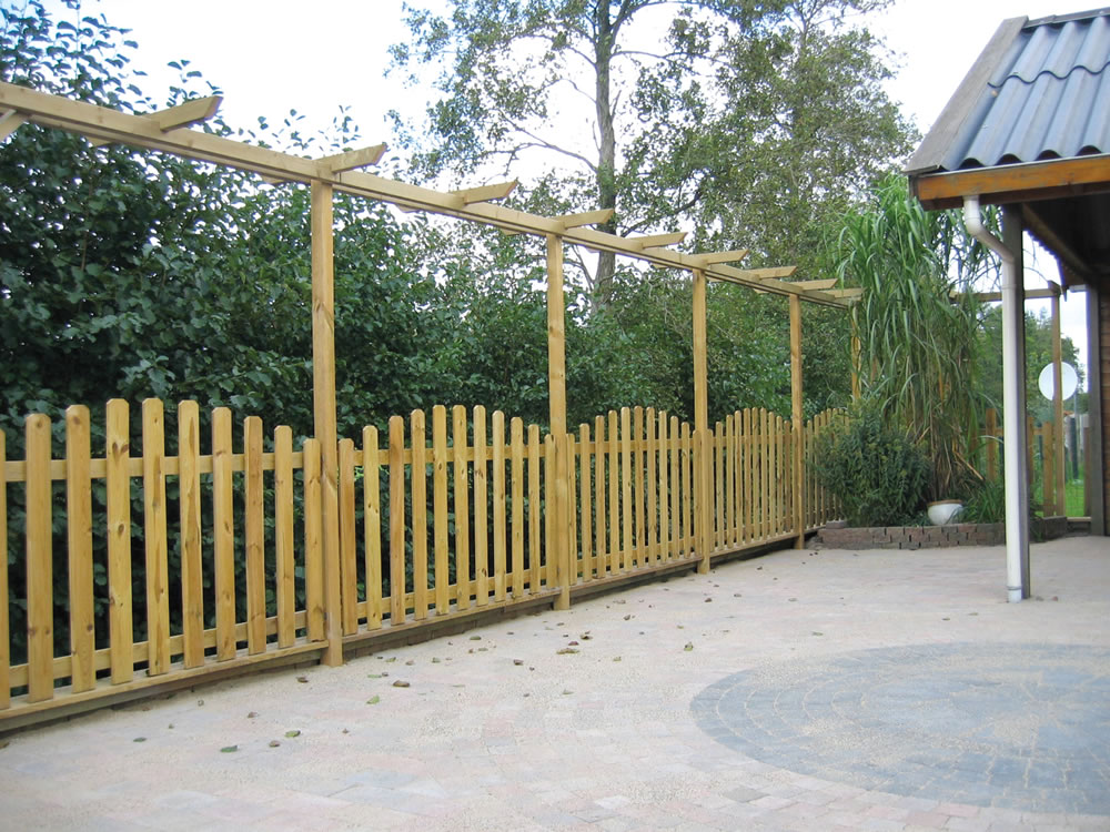 Curved picket fence