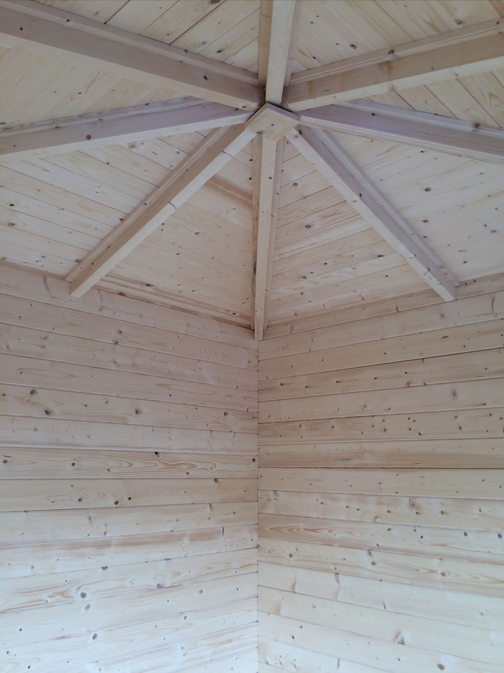 Jos corner log cabin inside - fitter enhancement in the roof
