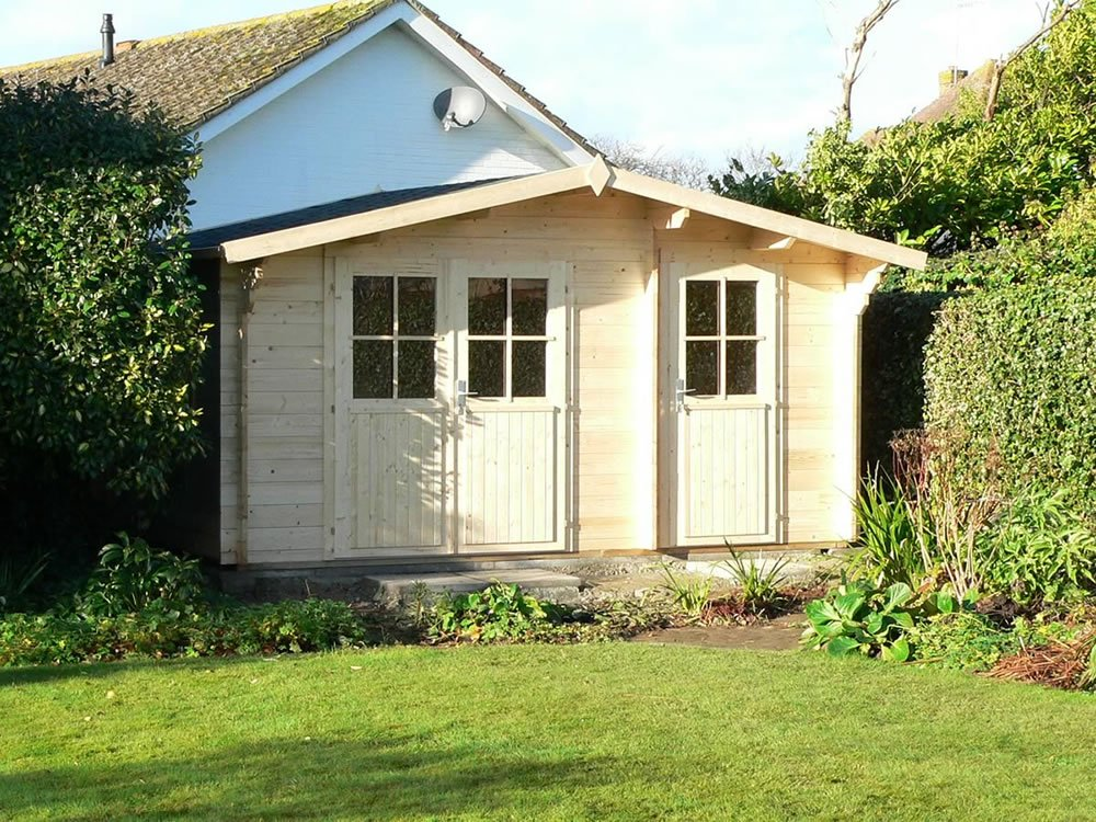Licas log cabin with adjoining, attached shed